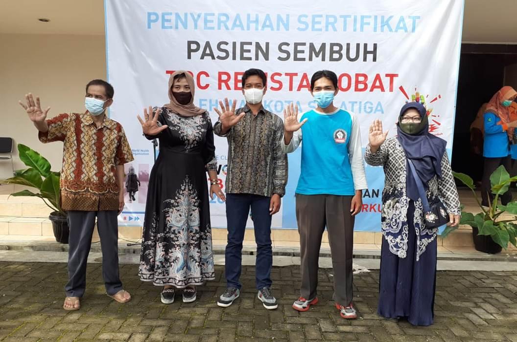 Walikota Salatiga Serahkan Sertifikat Sembuh Pasien TB MDR
